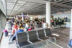 Passagers dans le hall de départ dans l'aéroport de Francfort Photos stock