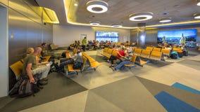 Passagers dans le refuge sur l'aéroport Photos stock