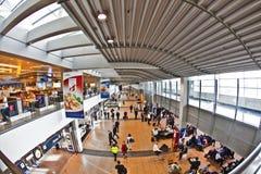 Passagers dans le salon de départ dans le terminal 2 à l'aéroport Hambourg Images libres de droits