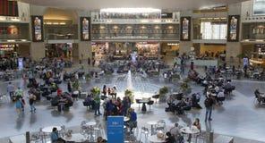 Passagers dans le terminal 3 de Ben Gurion Airport, Israël Il consid Photo stock