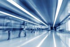 Passagers dans le tunnel de l'aéroport Photos stock