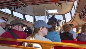 Passagers dans un canot de sauvetage images stock