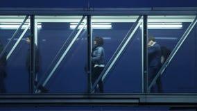 Passagers dans un laps de temps en verre de couloir HD banque de vidéos