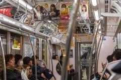 Passagers dans un train de station de Tokyo et aller à la station d'Ueno image libre de droits