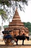 Passagers de attente de chariot tiré de Chambre au temple dans Bagan, Myanmar photographie stock libre de droits