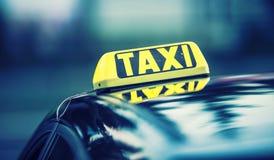 Passagers de attente de voiture de taxi en ville Roulez au sol la lumière sur la cabine de la voiture prête à transporter les pas Image libre de droits