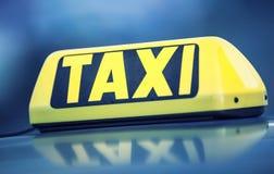 Passagers de attente de voiture de taxi en ville Roulez au sol la lumière sur la cabine de la voiture prête à transporter les pas Images libres de droits