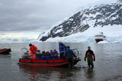 Passagers de bac de bateaux de zodiaque Photos libres de droits
