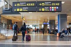 Passagers de compagnie aérienne dans l'aéroport Photographie stock libre de droits