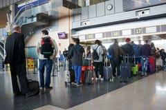 Passagers de compagnie aérienne dans l'aéroport Photos libres de droits