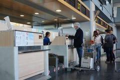 Passagers de compagnie aérienne dans l'aéroport Photo libre de droits