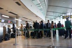 Passagers de compagnie aérienne dans l'aéroport Photographie stock