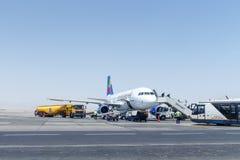 Passagers de débarquement de la petite planète Airbus A320 Images stock