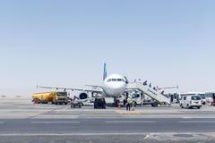 Passagers de débarquement de la petite planète Airbus A320 Photographie stock libre de droits