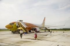 Passagers de Don Mueang International Airport marchant à l'Institut central des statistiques Image stock