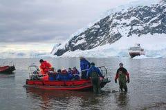 Passagers de ferry de bateaux de zodiaque Images libres de droits