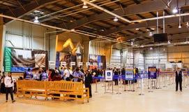 Passagers de l'Alaska à l'intérieur de terminal de bateau de croisière de Seward Photos stock