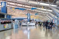 Passagers de ligne aérienne à l'intérieur de l'aéroport international de Kansai Photographie stock libre de droits