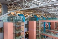 Passagers de ligne aérienne à l'intérieur de l'aéroport international de Kansai Photographie stock