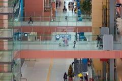 Passagers de ligne aérienne à l'intérieur de l'aéroport international de Kansai Photo libre de droits