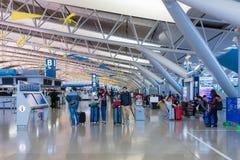 Passagers de ligne aérienne à l'intérieur de l'aéroport international de Kansai Image libre de droits