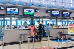 Passagers de ligne aérienne à l'intérieur de l'aéroport international de Kansai Image stock