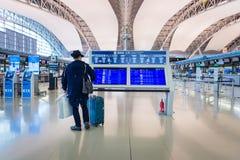 Passagers de ligne aérienne à l'intérieur de l'aéroport international de Kansai Images libres de droits
