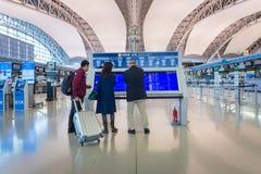 Passagers de ligne aérienne à l'intérieur de l'aéroport international de Kansai Photos libres de droits