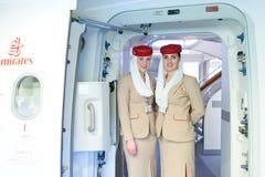 Passagers de rassemblement de membres d'équipage d'émirats Photo libre de droits