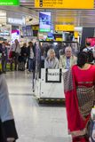 Passagers de regard las dans un petit transporteur de personnes chez Heathrow A photo libre de droits
