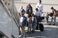 Passagers embarquant un vol par l'intermédiaire des étapes Photographie stock