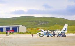 Passagers en ayant un avion après Barra Airport, Ecosse, R-U Photographie stock