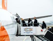 Passagers entrant dans l'avion d'EasyJet tôt le matin Photos libres de droits