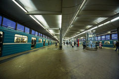 Passagers et trains à la station de métro Images stock