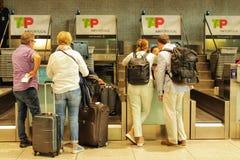 Passagers faisant la queue au bureau d'enregistrement à Lisbonne photographie stock libre de droits