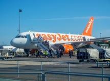 Passagers laissant l'avion d'Airbus a320 EasyJet Photos libres de droits