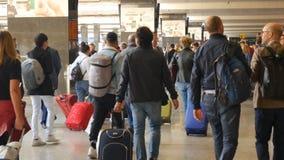 Passagers marchant avec le chariot chez Roma Termini Railway Station clips vidéos