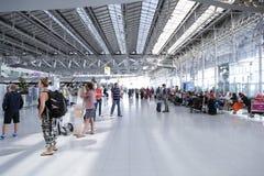 Passagers marchant dans l'aéroport de Suvanaphumi Photo stock