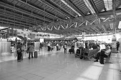 Passagers marchant dans l'aéroport de Suvanaphumi. Photo libre de droits