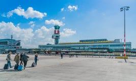 Passagers marchant de l'avion au hall d'arrivées aéroport de Rotterdam, la Haye Photos stock