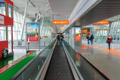 Passagers marchant par la zone d'arrivée de l'aéroport de Varsovie Chopin Image libre de droits