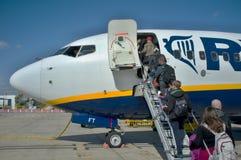 Passagers montant à bord d'un avion Images libres de droits
