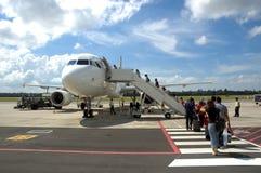 Passagers montant à bord d'un avion Photo stock