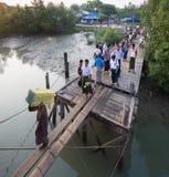Passagers montant à bord d'un ferry dans Sittwe, Myanmar Photos libres de droits