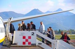 Passagers montant à bord de l'avion à l'aéroport d'Orio Al Serio dans Bergam Photo libre de droits