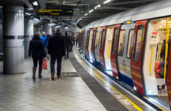 Passagers montant à bord du train au fond de Londres Photo libre de droits