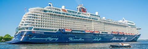 Passagers naviguant dans le port d'Amsterdam sur un grand cruiseship allemand de TUI Cruises images libres de droits