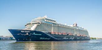 Passagers naviguant dans le port d'Amsterdam sur un grand cruiseship allemand de TUI Cruises photos stock