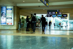 Passagers non identifiés en Ben Gurion Airport Image libre de droits