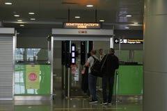Passagers pendant le contrôle de passeport à l'aéroport Boryspil, Ukraine, 10 09 2017 Image stock